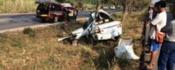 อุบัติเหตุรถยนต์เก๋งเสียหลักตกร่องกลางถนนและพุ่งชนต้นไม้