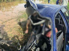 คลิปกล้องหน้ารถ จับภาพขณะเกิดเหตุ จยย. ตัดหน้าเก๋งจนเสียหลักพุ่งชนเสาไฟฟ้าคนขับเสียชีวิต